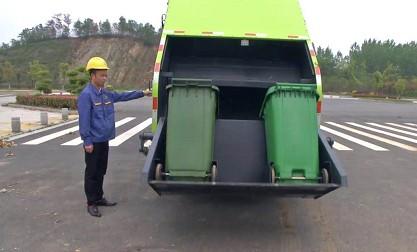 后装翻转斗带同时倒两个240升的垃圾桶功能