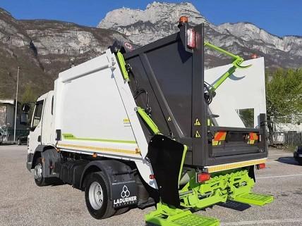 盈峰中联压缩式垃圾车在博尔扎诺多诺米帝山脉附近