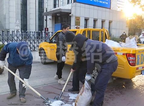 工作人员撒工业盐化冰图片