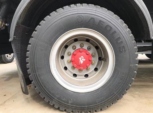 钢圈上只有10颗螺丝,半轴上有8颗大螺丝